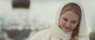 Целомудренная девушка на фоне церкви