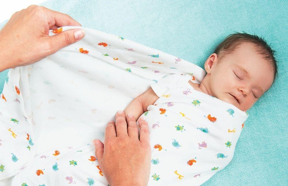 Ребенок спит в пеленках