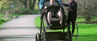 большой ребенок в коляске